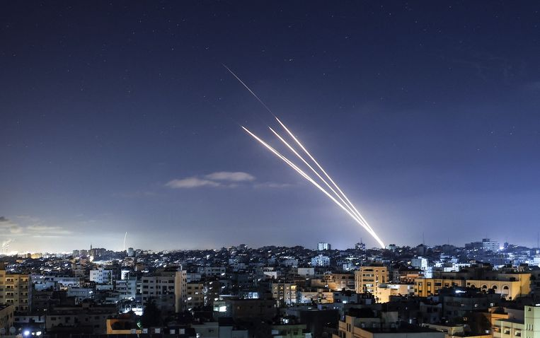 Hamas vuurde vanaf Gaza tientallen raketten af. Het geweld in de Gazastrook ging ook in de nacht van dinsdag op woensdag onverminderd door.  Beeld AFP