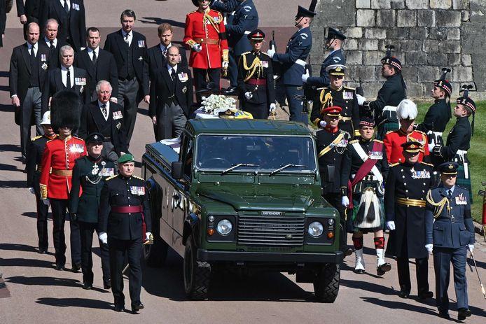 De kist wordt vervoerd op een omgebouwde Land Rover, die door prins Philip zelf is ontworpen