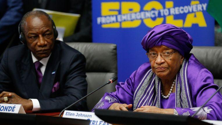 De president van Guinee, Alpha Conde (links) met zijn Liberiaanse collega Ellen Johnson Sirleaf bij een persconferentie over de ebola-crisis. Beeld epa