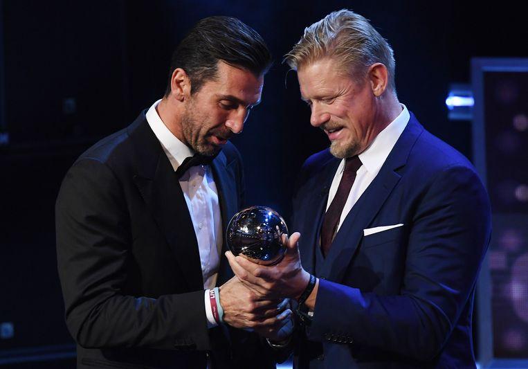 Gianluigi Buffon ontvangt zijn trofee uit handen van Peter Schmeichel.