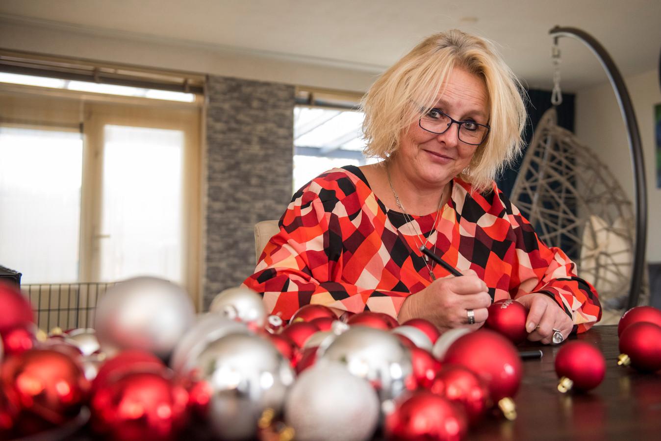 De Eindhovense Esther van Dingenen is in coronatijd gewoon doorgegaan met haar vrijwilligerswerk. Nu is ze met kerstballen bezig.