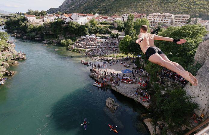 Plongeur en action, dimanche, à Mostar, en Bosnie