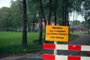 De wegafzetting bij het bedrijf van de familie Kuijpers in Deurne-Walsberg. Vorige week zijn de borden weer weggehaald.
