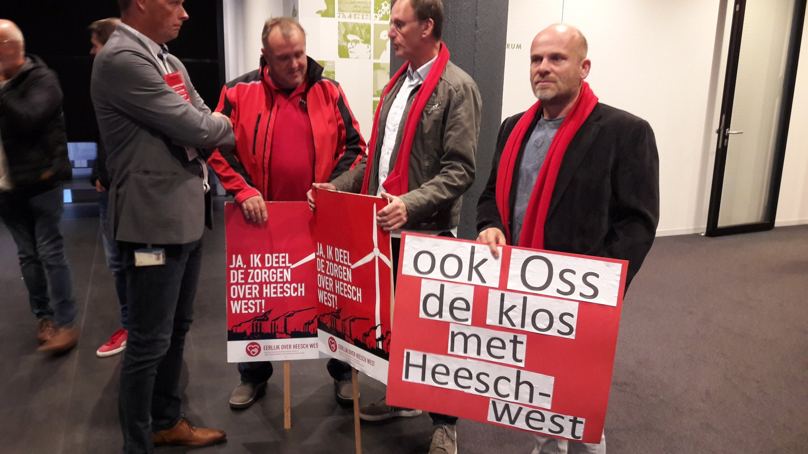 Tegenstanders van bedrijventerrein Heesch-West verzamelen zich in het Osse gemeentehuis.