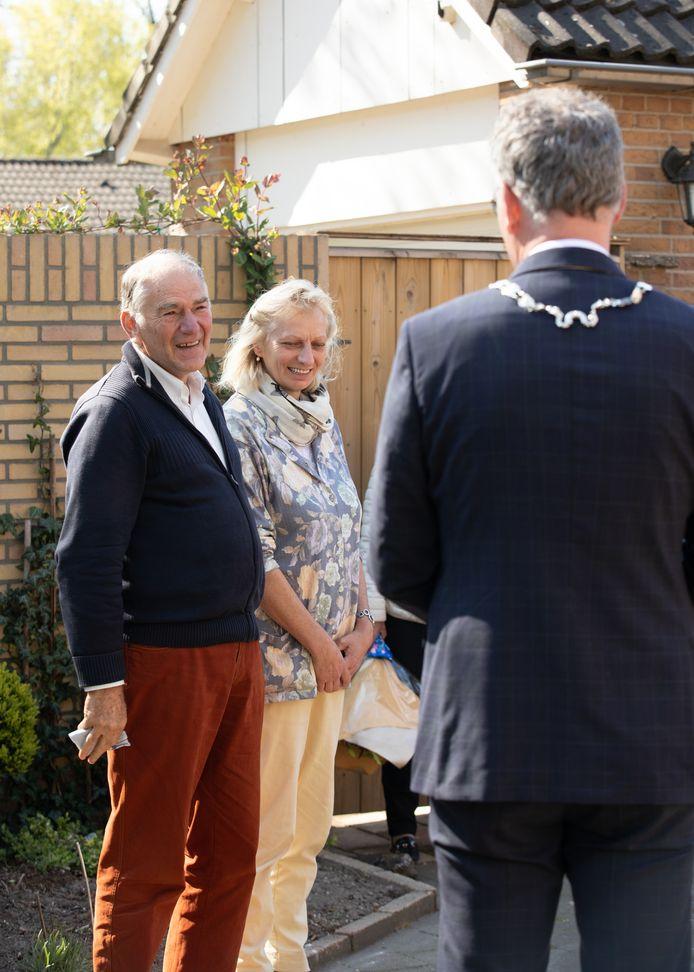 Jan Daem wordt in Oisterwijk door burgemeester Janssen verrast met lintje.