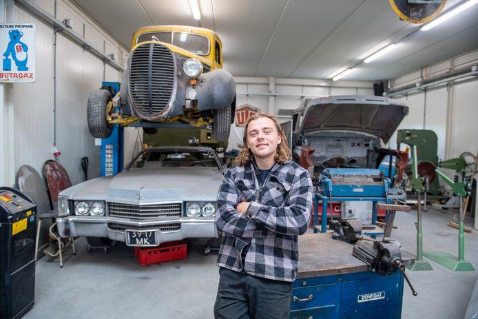 Joeri van de Poel in zijn kleine werkplaats in Wesepe. ,,Mijn klanten betalen goed voor het opknappen van hun bolide. Ik kan nu prima leven van m'n bedrijfje.''