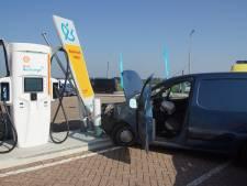 Auto rijdt tegen oplaadpunt van tankstation aan A59, bestuurder gewond