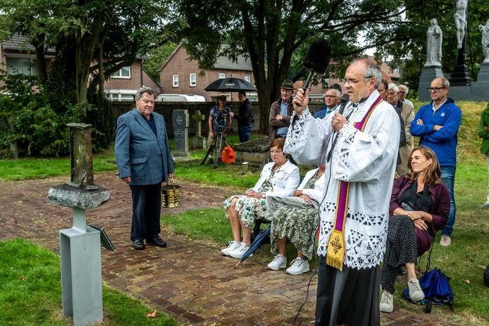 Onthulling van het gedenkmonument dat de Bergeijkse kunstenaar Jos Pas heeft gemaakt ter nagedachtenis van hen die zijn overleden door zelfdoding. Pastoor Luc Buyens zegent hier het kunstwerk.