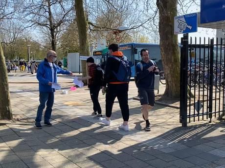 Actievoerders bij station Gorinchem eisen een toilet in treinen op de MerwedeLingelijn