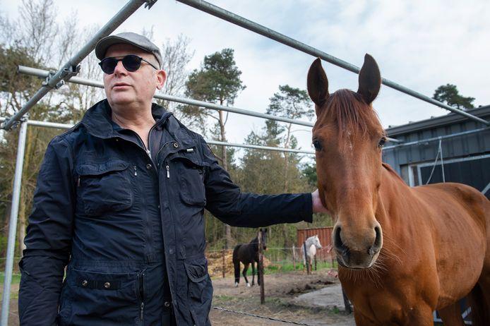 Henk Schippers bij zijn paarden. 'Gelukkig zijn ze redelijk bomproef.'