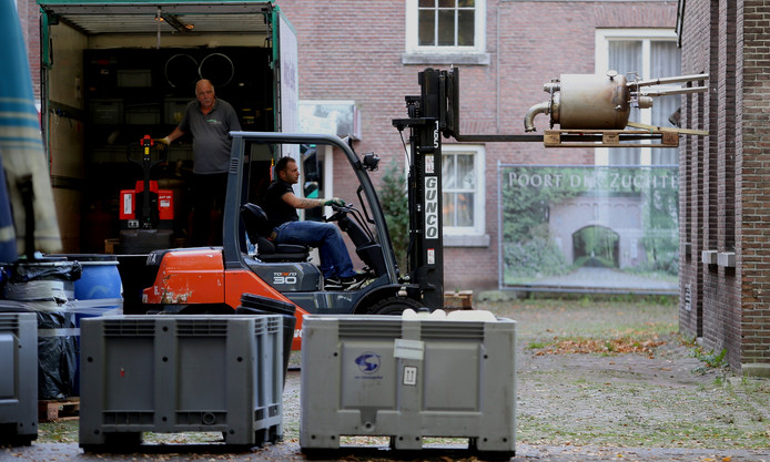 Het drugslab dat werd aangetroffen op Landgoed Haarendael wordt ontruimd.