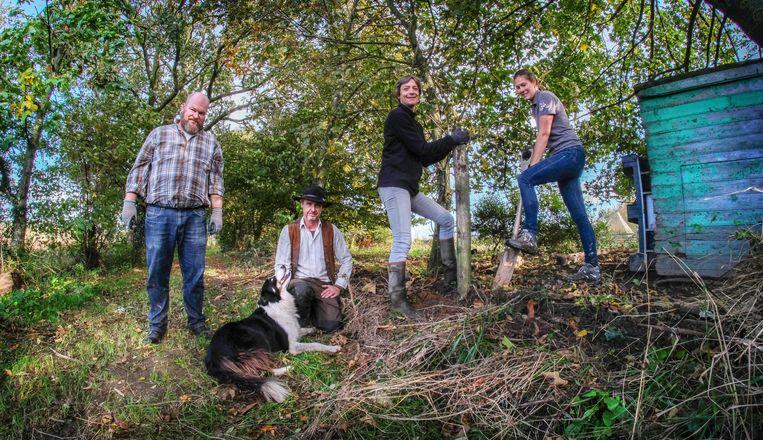 Griet Pype  (met donkere jas)  krijgt hier hulp van haar man Piet Vercruijsse (met hond),  Gerald Gyselinck en Iris Spruytte.