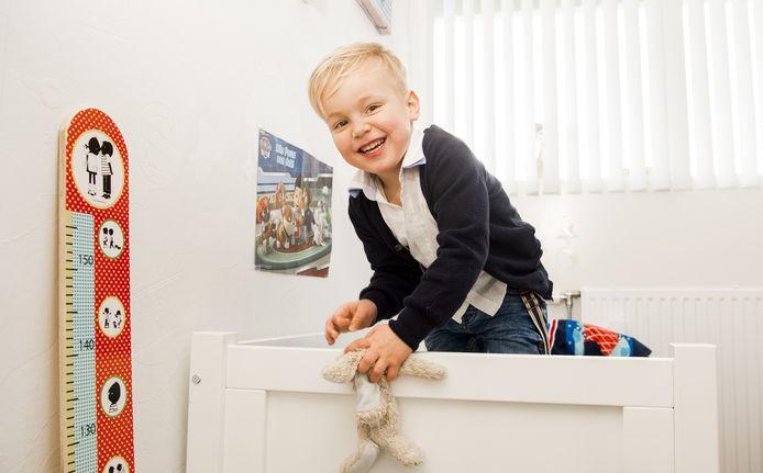 De kleine Julian mag voor het eerst echt zijn verjaardag vieren.