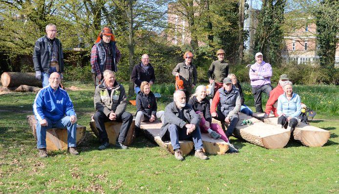 Vrijwilligers en professionele zagers die samen het parkmeubilair hebben gemaakt in Doepark De Hagen in Almelo.