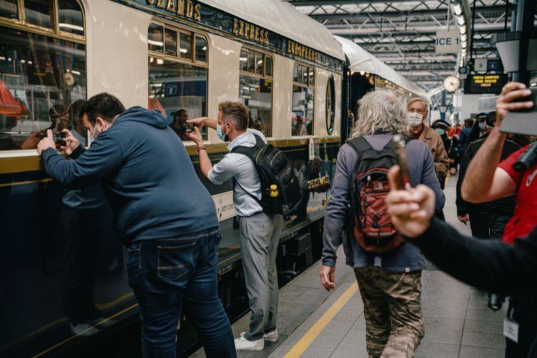 De Oriënt-Express houdt even halt in station Brussel-Zuid in aanwezigheid van vele kijklustigen. Beeld Wouter Van Vooren