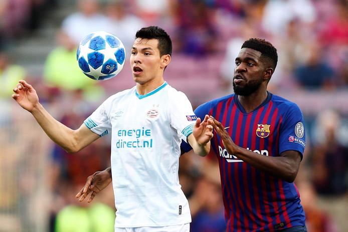 Samuel Umtiti  (r) in duel met PSV-aanvaller Hirving Lozano.