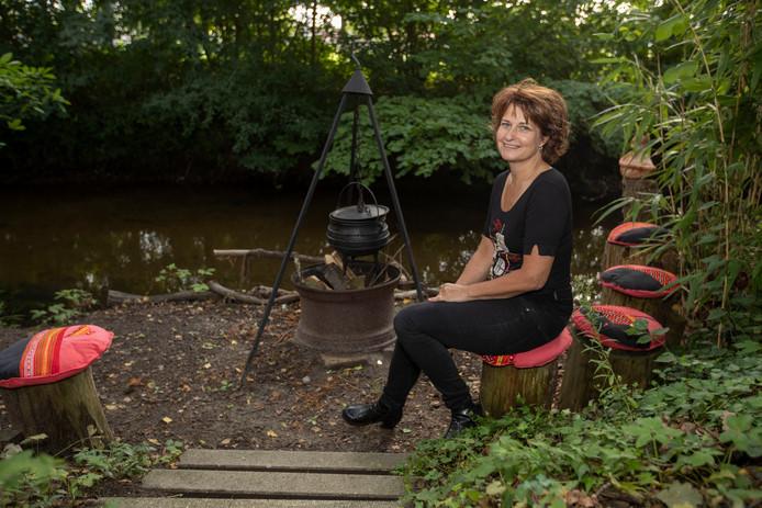 Anouk Verkuijten op haar plekje in de tuin waar ze aan outdoorcooking doet.