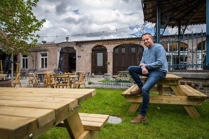"""Robbe De Koninck op het terras van Goeste in Wies: """"Blij deze verstopte parel in hartje Wieze te kunnen ontsluiten""""."""