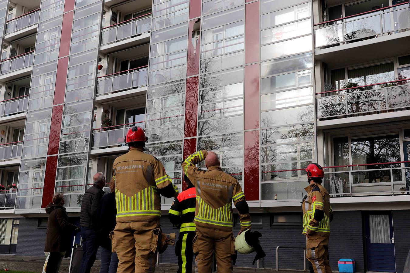 Gebroken glasplaat van Waalwijkse flat.