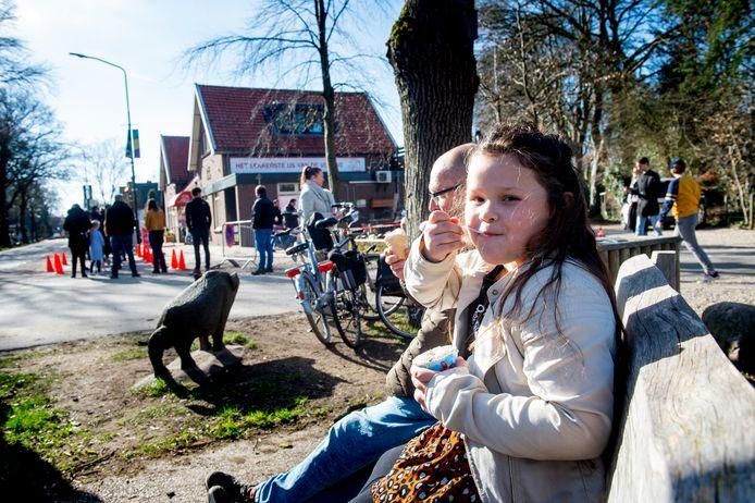 De 7-jarige Delilah smult van 'het lekkerste ijs van de Veluwe'.