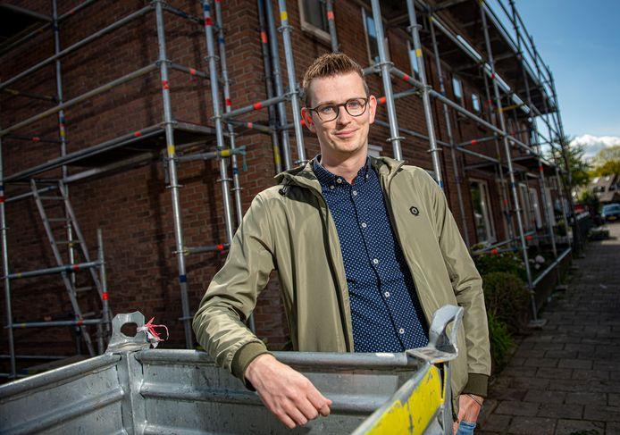 Wethouder Mathijs ten Broeke in Waterkwartier. Een van de wijken waar woningcorporaties werken aan de verduurzaming van de sociale huurwoningen.