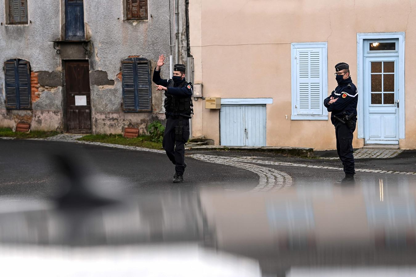 Politieagenten in afgelegen gehucht Saint-Just, nadat drie van hun collega's werden doodgeschoten.