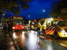 Bus raakt voetganger op zebrapad in Made, moet zwaargewond aan hoofd naar het ziekenhuis
