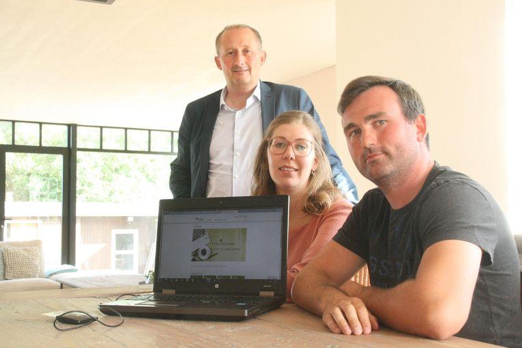 Burgemeester Claude Van Marcke met Nele Verhamme (27) en Pieter Nys (28) die het thuisloket als eerste mochten testen.