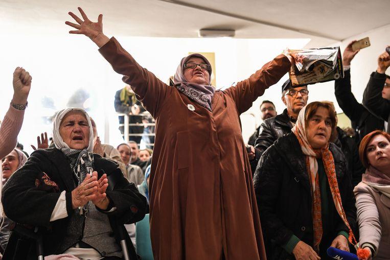 In Sarajevo wordt opgelucht gereageerd. Bijna iedereen hier heeft wel iemand verloren tijdens het beleg van de Bosnische stad door Mladic en zijn troepen. Beeld AFP