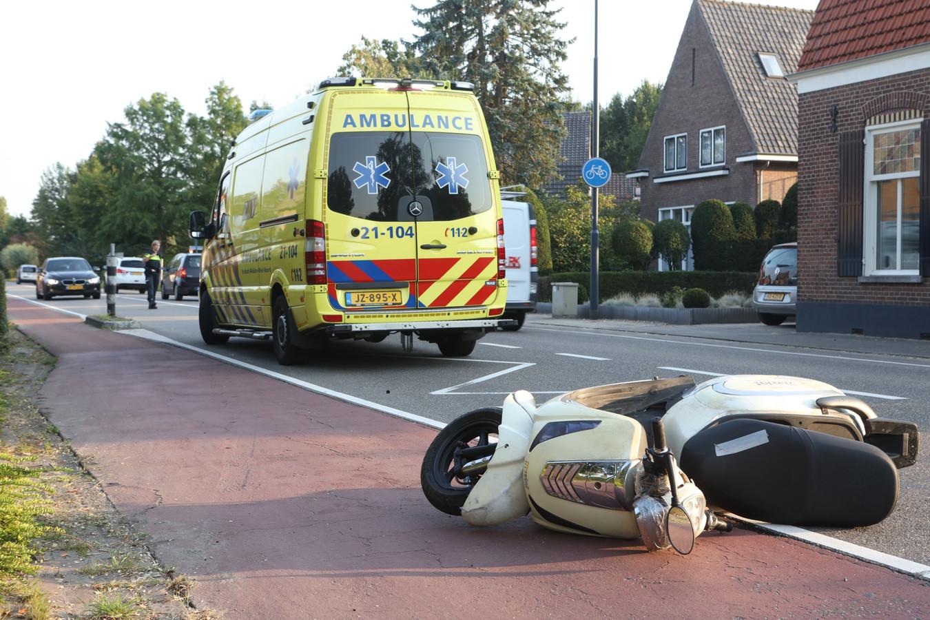 Bestuurder snorscooter komt lelijk ten val in Boxtel.