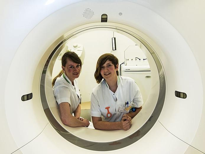 Loike Gobel (r) en collega Ilse van de Rijt in het ziekenhuis in Turnhout.