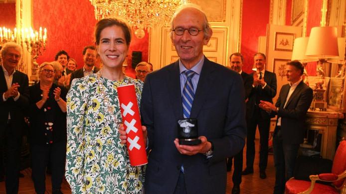 Hans Zwarts ontvangt de onderscheiding uit handen van locoburgemeester Simone Kukenheim.
