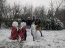 In Drongen bij Gent ligt genoeg sneeuw om een vierkoppige sneeuwmanfamilie te maken.