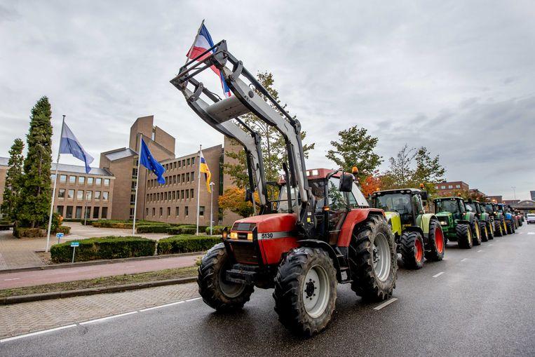 Protesterende boeren verzamelen zich bij het provinciehuis van Limburg.  Beeld ANP