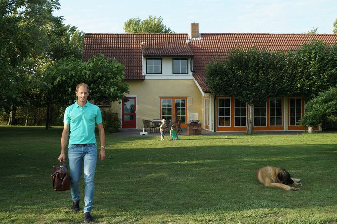 André Klaver voor zijn vakantieboerderij in Zeeland, met op de achtergrond zijn kinderen.