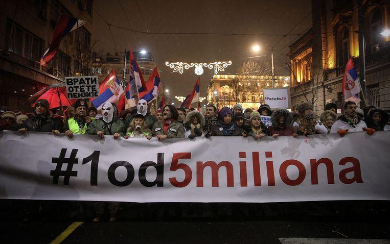 Voor de vijfde zaterdag op rij zijn in de Servische hoofdstad Belgrado duizenden mensen de straat opgetrokken om te protesteren tegen president Aleksander Vucic.