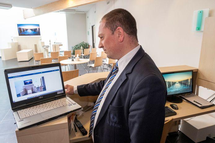 Léon Dekker demonstreert de livestream op de laptop.