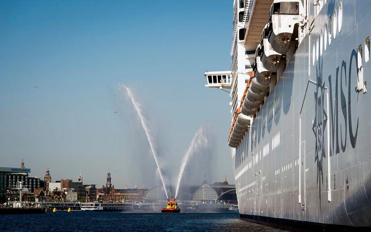 De MSC Splendida, het vlaggenschip van MSC Cruises, komt aan bij de Passenger Terminal Amsterdam. Beeld ANP