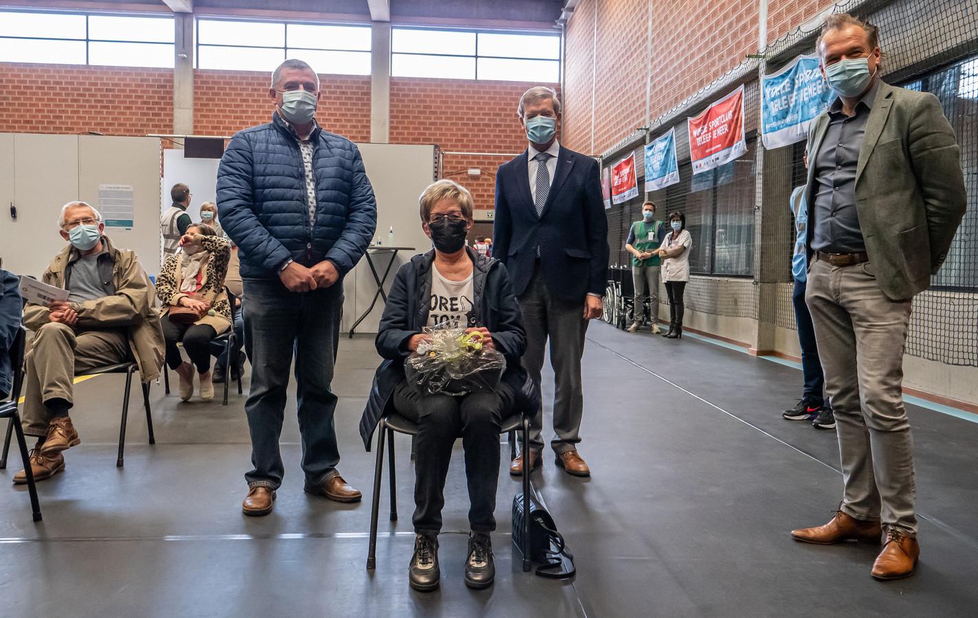 Christianne Debaer uit Riemst (midden) kreeg vrijdagnamiddag de tienduizendste 'coronaprik' in het Bilzens vaccinatiecentrum. Een moment dat burgemeester van Hoeselt Werner Raskin (Vld Plus), Bilzens burgemeester Johan Sauwens (TOB) en Riemsts burgemeester Mark Vos (CD&V) wilden vieren met een geschenkmand en een dankwoord.