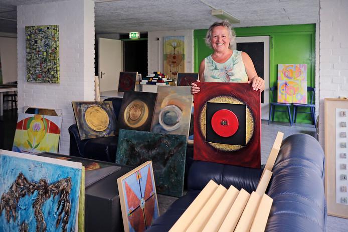 Annet Teunissen verkoopt haar werk. De koper bepaalt wat hij er voor geeft, al moet dat wel tussen de 6 en 66 euro zijn.