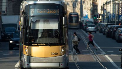 Lichtgewonde bij aanrijding tussen tram en bestelwagen