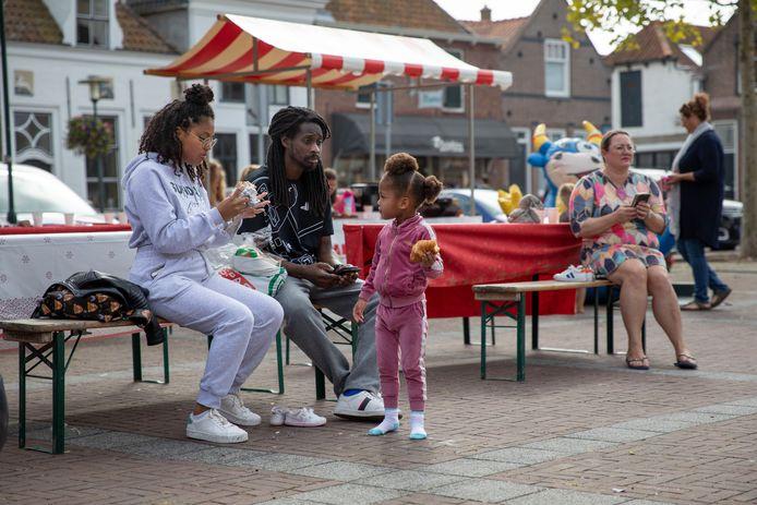 Buren in Brouwershaven kwamen op de markt bij elkaar. Plezier voor de kid. Een bakje leut en wat lekker voor de ouders.