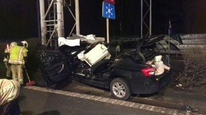 Wagen knalt tegen signalisatiepaal op E40, koppel overleeft het niet