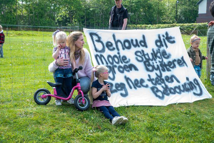 Buurtbewoners zijn tegen het plan om kleine flexwoningen te bouwen op de schapenweide aan de Huybertsenweg, waar nu Drentse Heideschapen lopen van schaapherder Ben de Ruiter.
