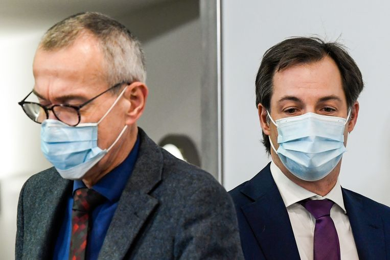 Minister van Volksgezondheid Frank vandenbroucke (links) en premier Alexander De Croo. Beeld EPA