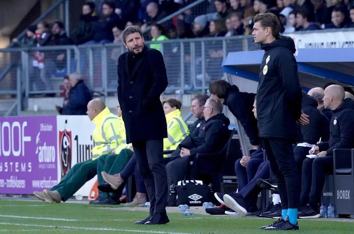 Mark van Bommel geeft iets mee aan vierde man Joey Kooij tijdens Willem II-PSV.