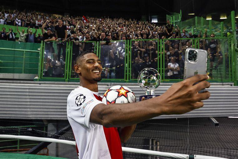 Na zijn vier goals tegen Sporting mag Haller (uiteraard) de bal mee naar huis nemen. Beeld ANP