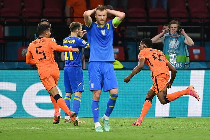 Oekraïne baalt na de winnende goal van Denzel Dumfries.