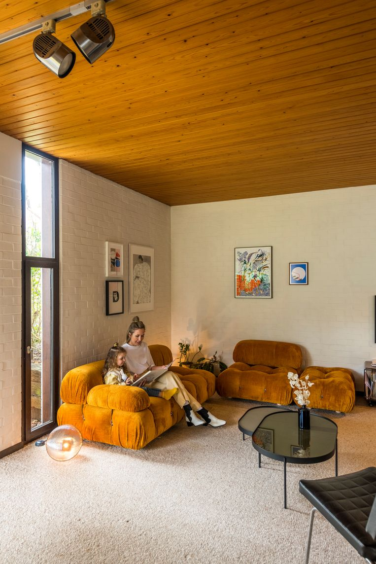 Het pronkstuk in de zithoek is de Camaleonda-zetel van B&B Italia, een remake van het originele ontwerp uit 1970. Tussen de kunstwerken aan de muur hangt ook een vroege houtskooltekening van Rinus Van de Velde. Beeld Luc Roymans