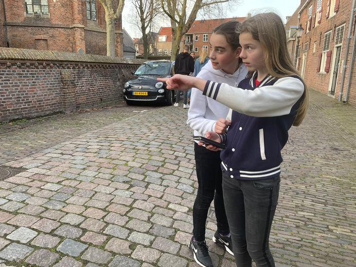 Nadja van de Veerdonk en Sam Briejer wijzen naar de plek waar ze hun punten kunnen innen